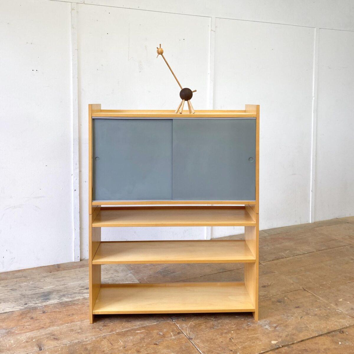 Deuxieme.shop swissdesign. System Regal mit zwei Schiebetüren von Emil Guhl für Wohnhilfe. Das Gestell ist zweiteilig, das Schiebetüren Element kann auch unten eingesetzt werden. Guhl 50er Jahre swissdesign wohnhilfe Zürich