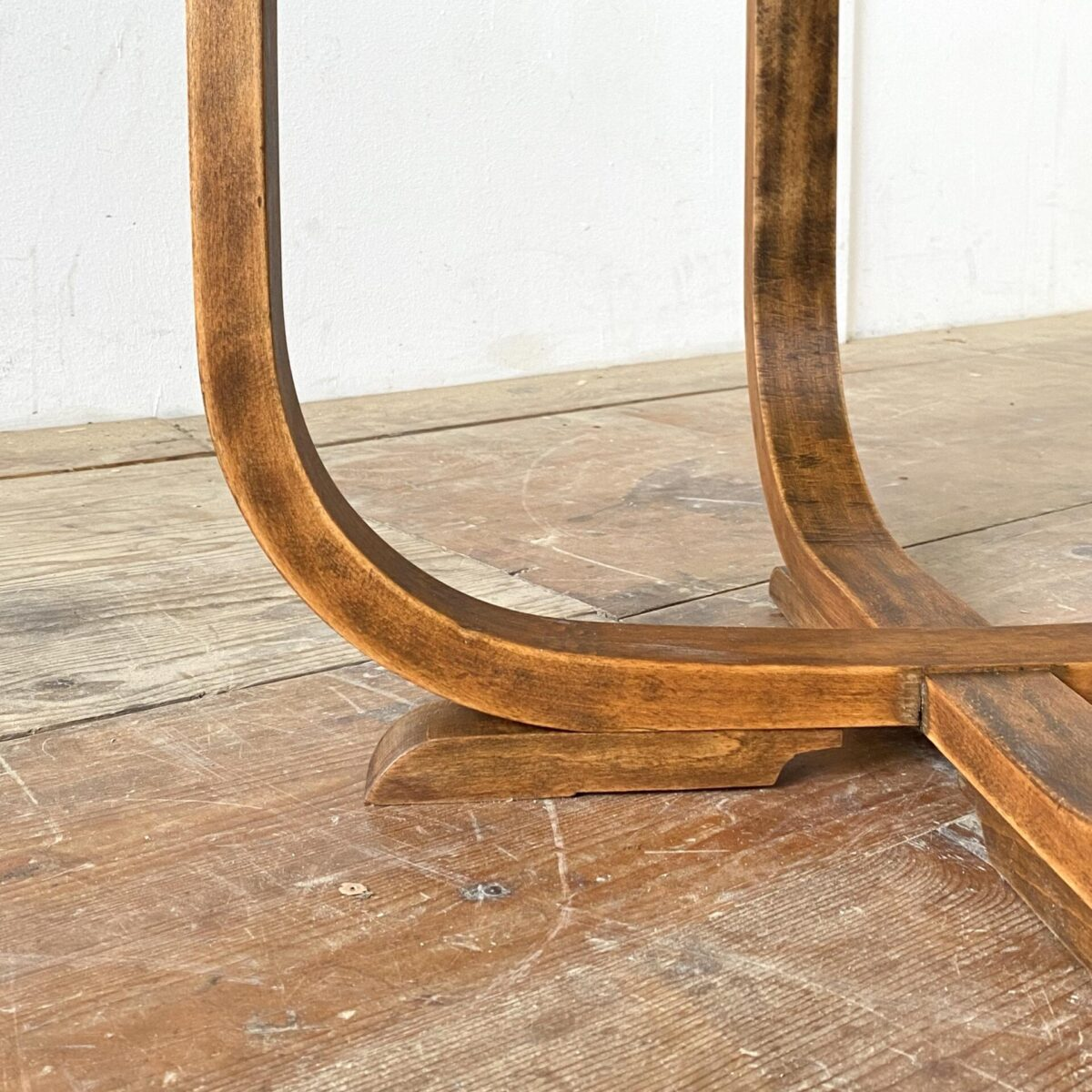 Deuxieme.shop Bauhaus Coffetable Art déco 40erjahre. Art déco Salontisch aus Dampfgebogenem Buchenholz, Tischblatt aus Nussbaum Wurzelholz furniert. Durchmesser 60cm Höhe 60cm.