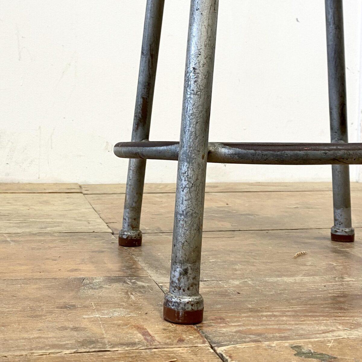 Deuxieme.shop industrial design Chair. Höhenverstellbarer Dreibeinhocker von Sissach. Durchmesser 33cm Höhe 44-72cm. Metallgestell verchromt Sitz aus schwarzem Kunststoff. Der Hocker mit Holz Sitz kostet 90.- Durchmesser 35cm Höhe 55cm. Metallgestell verzinkt mit Rost Patina und Gummifüssen. Sitz Ahorn geschliffen und geölt.
