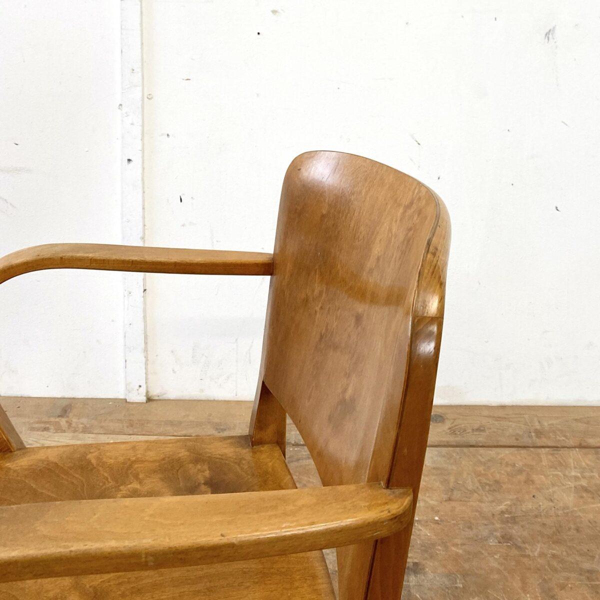 Deuxieme.shop swissdesign Klassiker Häfeli. Horgenglarus Armlehnstuhl von Max Ernst Haefeli, Modell Splendide aus den 30er Jahren. Der Stuhl ist in schönem stabilen Original Zustand. Sitzfläche und Lehne aus Birken Formsperrholz, Beine und Armlehnen Buche Vollholz, Dampfgebogen.