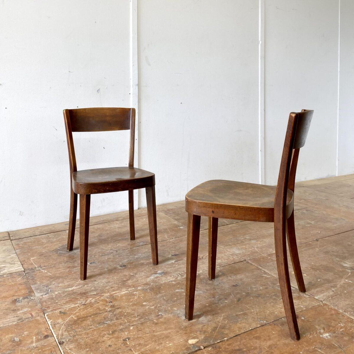 Deuxieme.shop horgenglaruschairs Holzstühle Esszimmer Stühle. 2er Set dunkelbraune Beizenstühle mit Alterspatina. Die Stühle sind leicht überarbeitet und in stabilem Zustand, Hersteller unbekannt. Preis fürs Set.