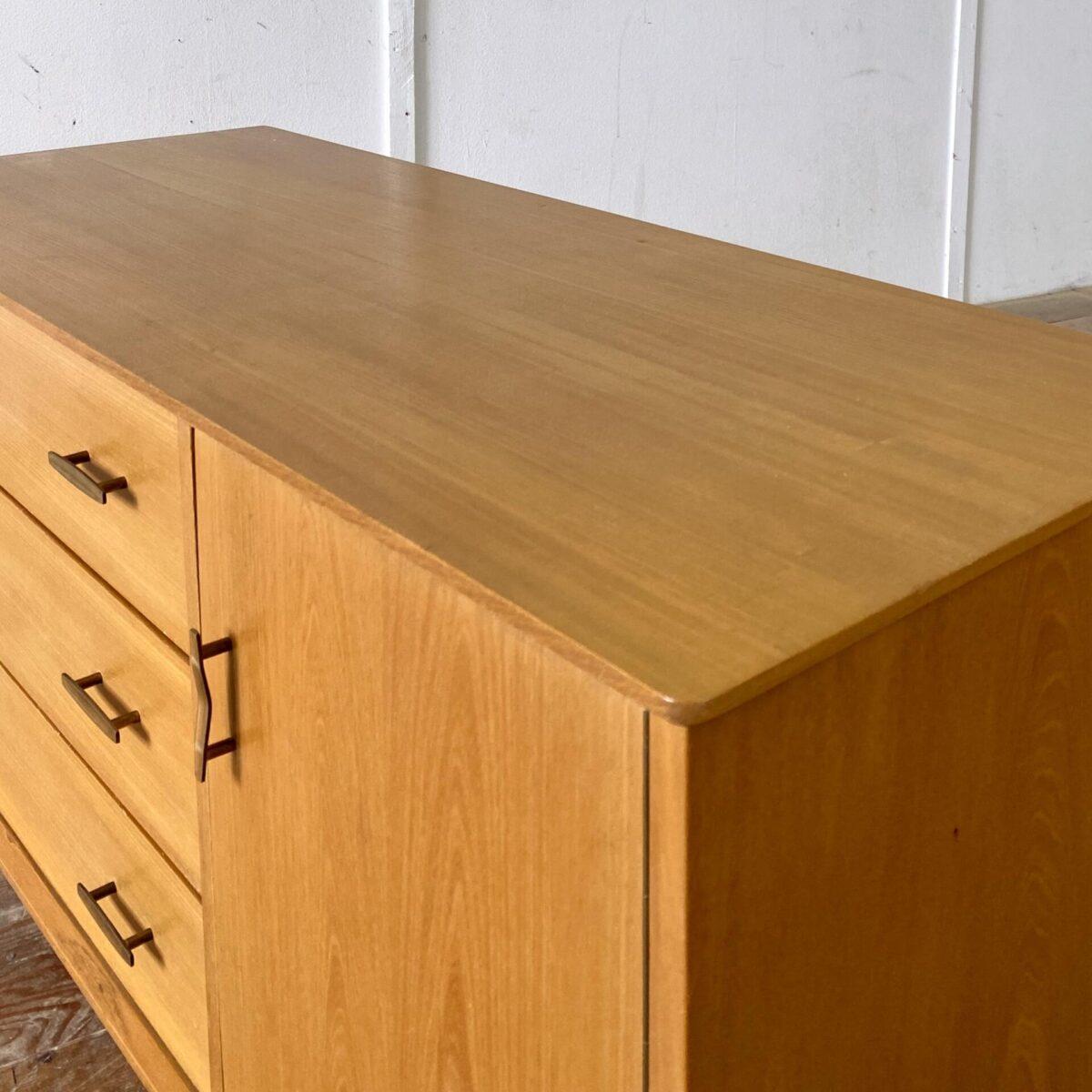 Deuxieme.shop 60er 70er Jahre Sideboard Swiss design. Eschenholz Sideboard mit Schubladen und Türe auf konischen Beinen. 115x45cm Höhe 64.5cm. Die Kommode ist gutem allgemein Zustand, kleinere hicke und Schrammen, einer der Messinggriffe ist etwas eingedrückt. Die Schubladen laufen gut und sind aus Vollholz, hinter der Türe befindet sich ein Tablar.