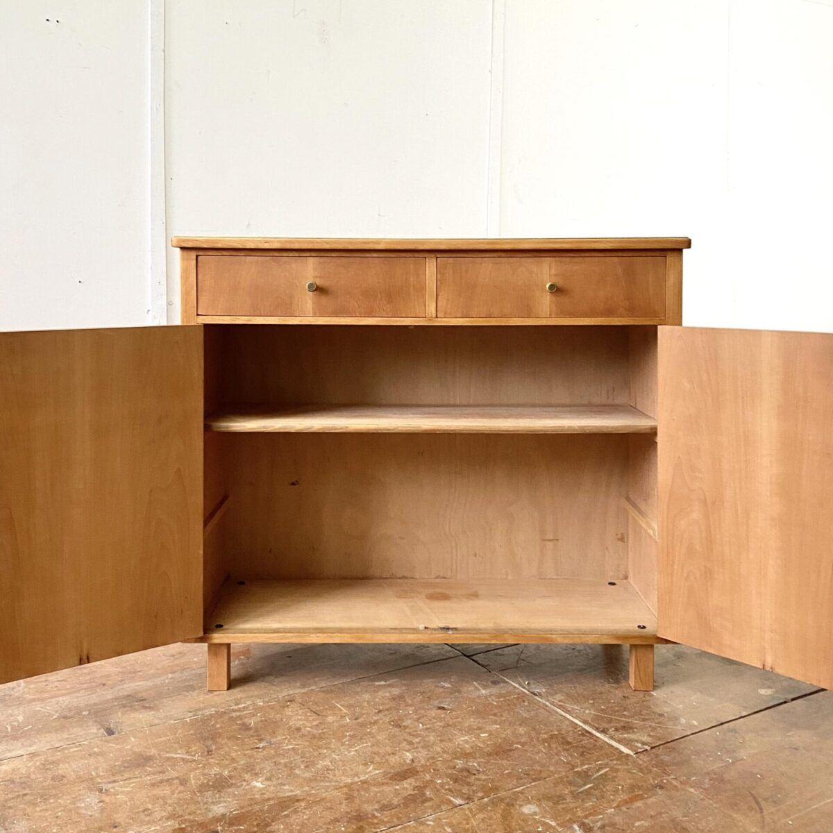 Deuxieme.shop swissdesign Sideboard 50er Jahre. Schlichte Kommode mit Türen und zwei Schubladen, aus Buche und wohl Birnbaum furniert. 101.5 x 36.5cm Höhe 89.5cm. Das Möbel ist geölt, matte ruhige Ausstrahlung.