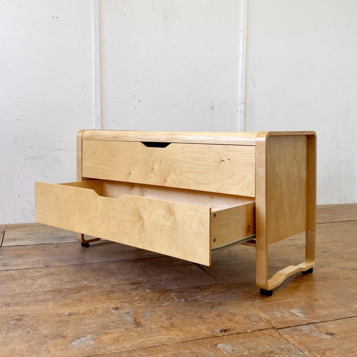 Deuxieme.shop Alvar Aalto Sideboard. Helle Birkensperrholz Kommode mit zwei Schubladen. 130x50cm Höhe 71cm. Neueres qualitativ gut verarbeitetes Sideboard mit abgerundeten Formsperrholz Kanten. Das Möbel steht auf zwei Kufen-artigen Seitenteilen mit runden Füssen.