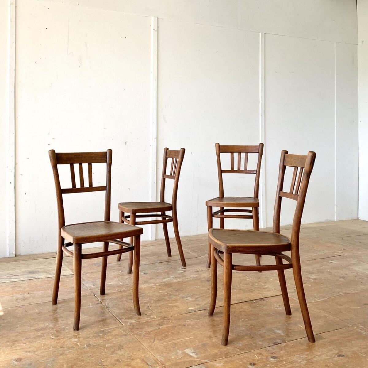 Deuxieme.shop Thonet Stühle Wienerstühle Bugholz Stühle designklassiker. 4er Set dunkelbraune Bistrostühle von Thonet. Die Stühle haben eine warm-matte Alterspatina und sind in stabilem Zustand.