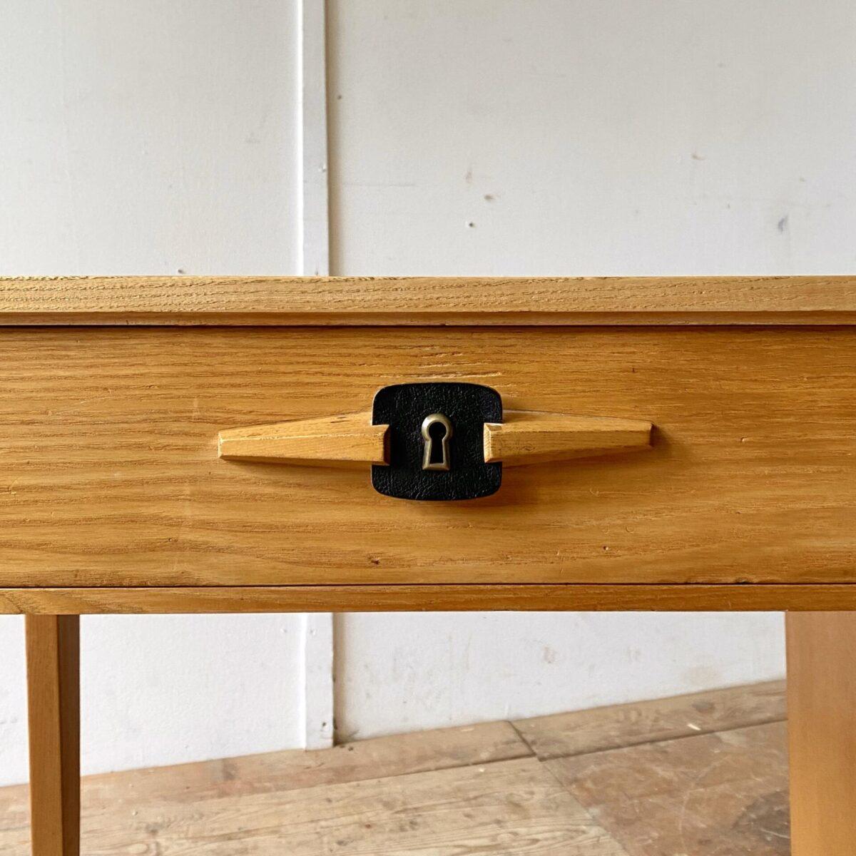 Deuxieme.shop midcentury Schreibtisch Swiss design. Heller Schreibtisch aus Eschenholz von Corta Multiform aus den 50er Jahren. 115x60cm Höhe 74cm. Der Tisch ist in gutem allgemein Zustand, die schwarzen Schubladengriffe sind aus Kunstleder. Der Schlüssel ist leider nicht mehr vorhanden. Der Stuhl ist ebenfalls verfügbar.