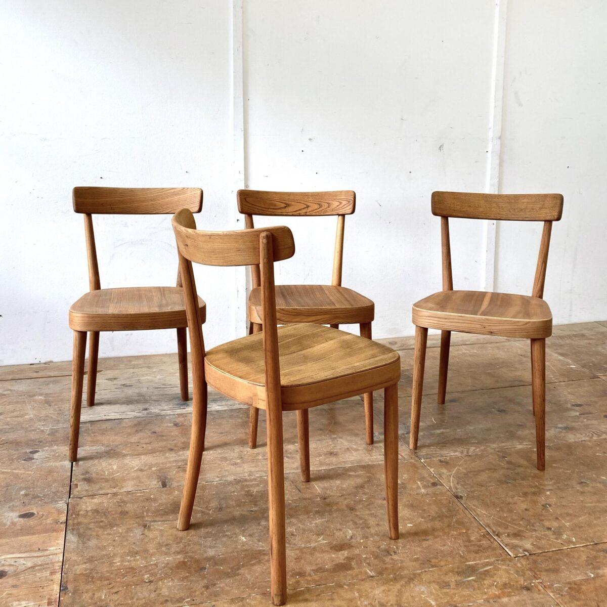 Deuxieme.shop rare Max Moser Stühle designklassiker. Horgenglarus Stühle von Max Moser in Ulmenholz Ausführung. Die Stühle sind restauriert und geölt, die einzelpreise variieren von 350.- bis 550.- da es teilweise Furnier flicke hat.