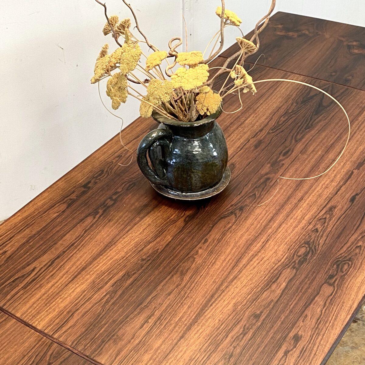 Deuxieme.shop midcentury tisch poul hundevad denmark. Ausziehbarer Palisander Esstisch aus den 60er Jahren. Ausgezogen 205x80cm Höhe 73cm. Eine Auszugplatte hat ein kleinen Brandfleck, keine Mulde und nicht durchgebrannt. Ansonsten in schönem gepflegten Zustand. Tischbeine können demontiert werden. Die Tischplatte hat eine leicht ovale Grundform, die Holzmaserung ist fortlaufend über den ganzen Tisch.