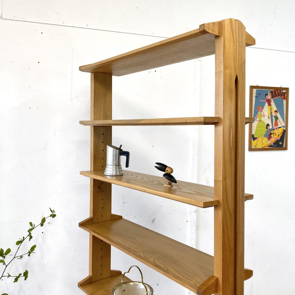 Deuxieme.shop swissdesign bookshelf. Schweizer Eschenholz Regal von Corta Multiform aus den 50er Jahren. 82x39cm Höhe 180cm die Tiefe der Tablare ist 23cm. Die Tablare sind Höhenverstellbar, die untere Ablage ist mit schwarzem Kunstleder belegt, bisschen abgeschabt. Ansonsten in stabilem schönen Vintage Zustand.