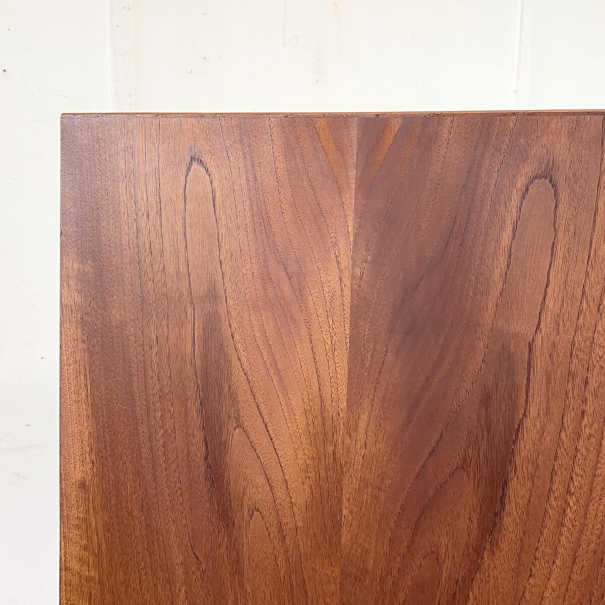 Deuxieme.shop dänischer Teak Tisch. Midcentury Teak Schreibtisch von Hamersøn, 60er Jahre made in Denmark. 135x65cm Höhe 75cm. Leichte Patina und schöner allgemein Zustand. Die Holzmaserung läuft über die ganzen Schubladen. Die Tischbeine sind demontierbar, die mittlere Schublade ist abschliessbar. Der Tisch ist auch auf der Rückseite schön verarbeitet, und kann frei im Raum aufgestellt werden.