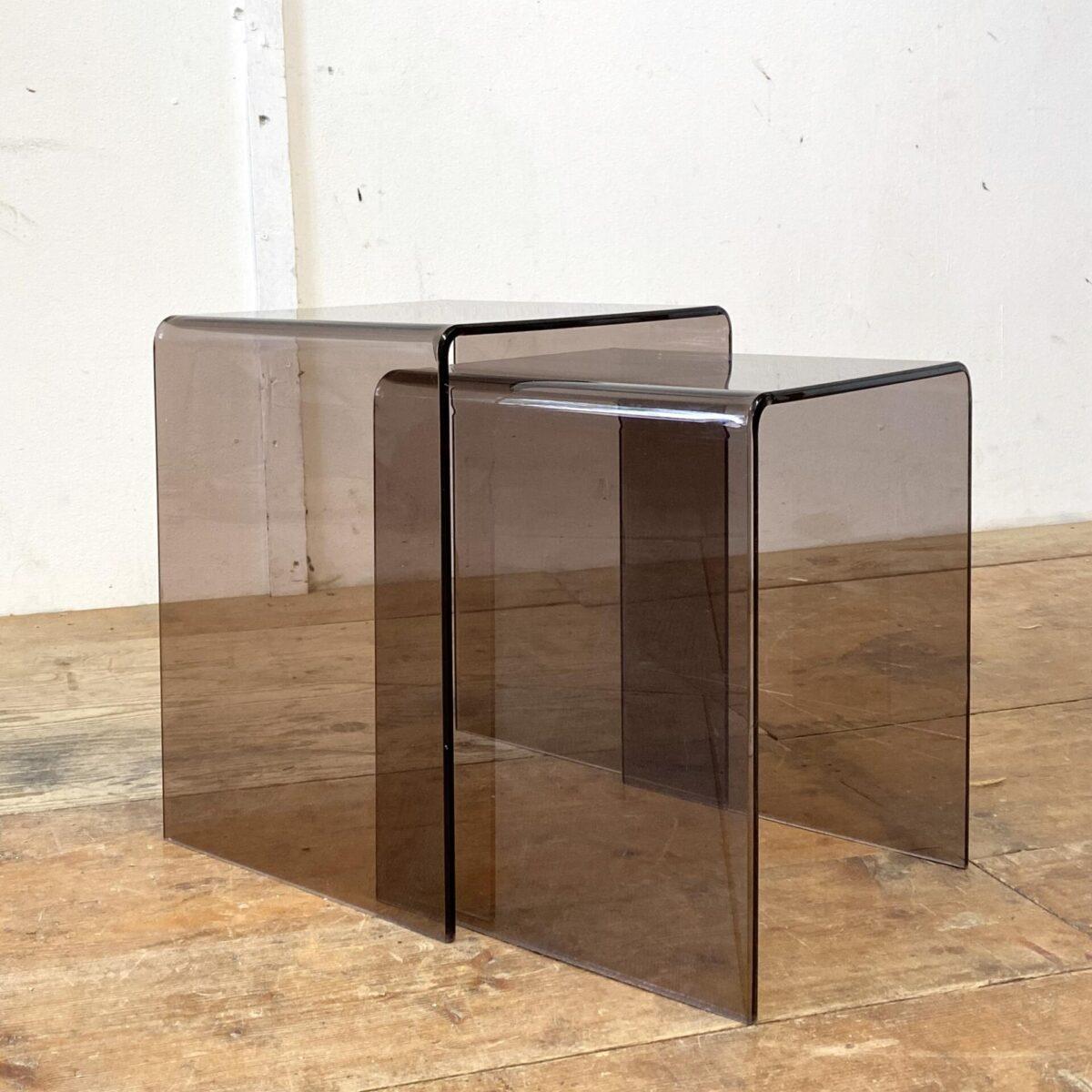 Deuxieme.shop Salontisch rauchglas coffetable. Kleine Plexiglas Sofa Beistelltische. 29.5x35cm Höhe 40cm. Die Blumentische lassen sich ineinander schieben, und sind aus gebogenem Rauch Acrylglas. Preis fürs Set.