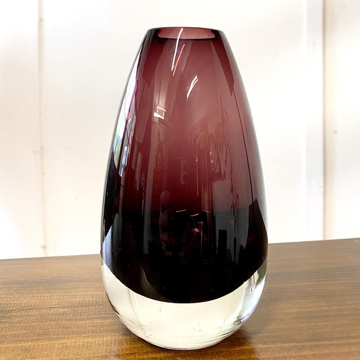 Deuxieme.shop midcentury kristallglas. Finnische Glasvase aus den 60er Jahren, von Tamara Aladin für Riihimaki/Riihimaen Lasi Oy. Durchmesser 10cm Höhe 21cm. Die Vase hat ein kleinen Schaden an der oberen Innenkante.