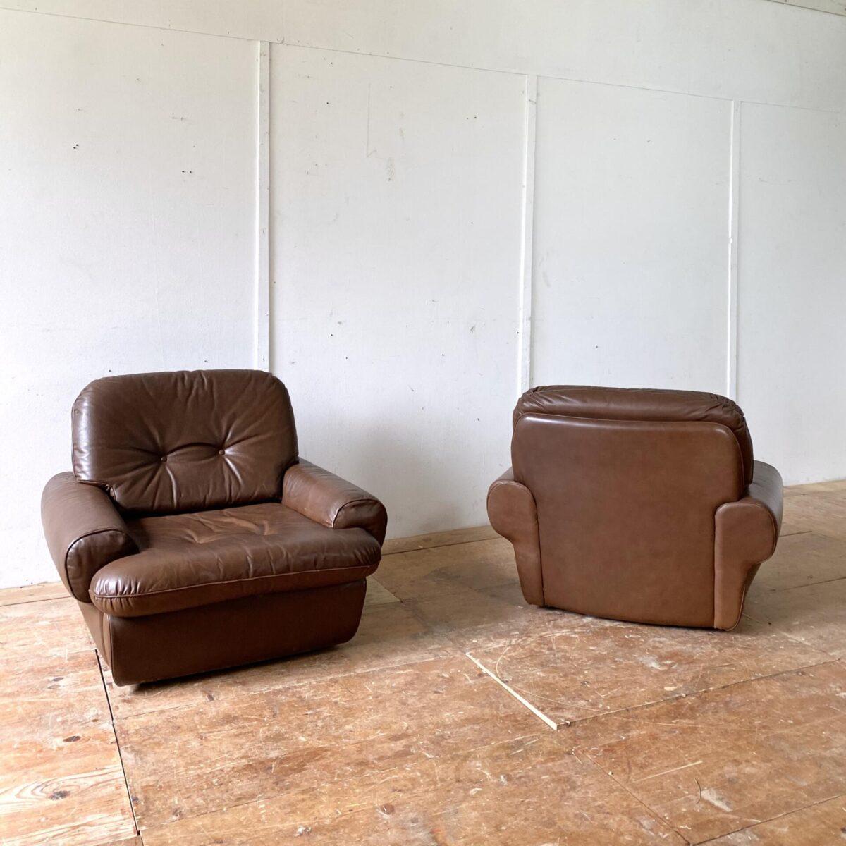 Deuxieme.shop midcentury Ledersessel Easy chairs. Vintage Ledersessel und Sofa aus den 70er Jahren. Sofa 250.- Länge 220cm. Sessel 230.- pro Stück. Breite 96cm Tiefe 90cm Höhe 78cm Sitzhöhe 35cm. Die Polstergruppe ist in gutem allgemein Zustand, die Couch hat auf der Rückseite ein paar Druckstellen und ein Kratz in der Oberfläche.