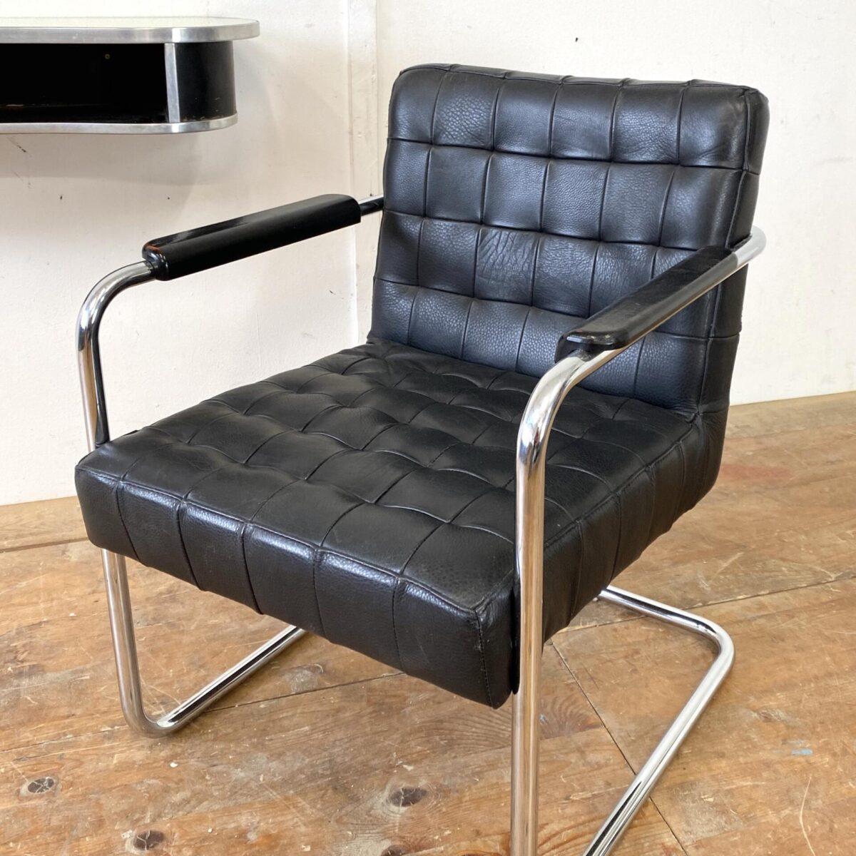 Deuxieme.shop Bauhaus Sessel, Art déco Konsole. Leder freischwinger mit verchromtem Stahlrohr Gestell 60x65cm Sitzhöhe ca. 42cm. Die Art déco Wandkonsole ist ebenfalls verfügbar. Für 180.- 91x30cm Höhe 16cm. Schwarze gerundete Form mit Aluminium Kanten. Unter der aufgelegten glasplatte befindet sich ein gelbliches Kunstleder, welches natürlich auch ausgetauscht werden kann.