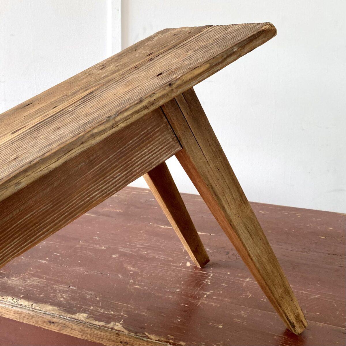 Deuxieme.shop Antike Biedermeier Designklassiker Holzbank. Alte Biedermeier Sitzbank aus Tanne. 184x30cm Höhe 45cm. Die Bank hat eine intensive Alterspatina, und auf der Sitzfläche ein paar Farbkleckse. Technisch leicht überarbeitet und stabil, die konischen leicht schrägen Beine sind aus Buchenholz.