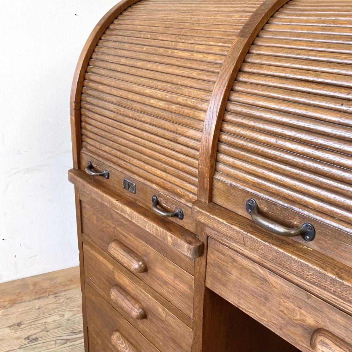 Deuxieme.shop antiker Rolladenschrank englischer Eichenholz Sekretär. Eichenholz Schreibtisch mit Schubladen und zwei Rolladen. 141x73cm Höhe 118.5cm. Der Sekretär ist in gutem allgemein Zustand, Schubladen und Rollläden laufen gut. Die Schlüssel sind nicht vorhanden, Schlösser wurden ausgebaut, und im Bereich der Tischplatten Eichenholz Stücke eingesetzt. An der rechten Seite wurde ein Stück Furnier frisch eingesetzt.