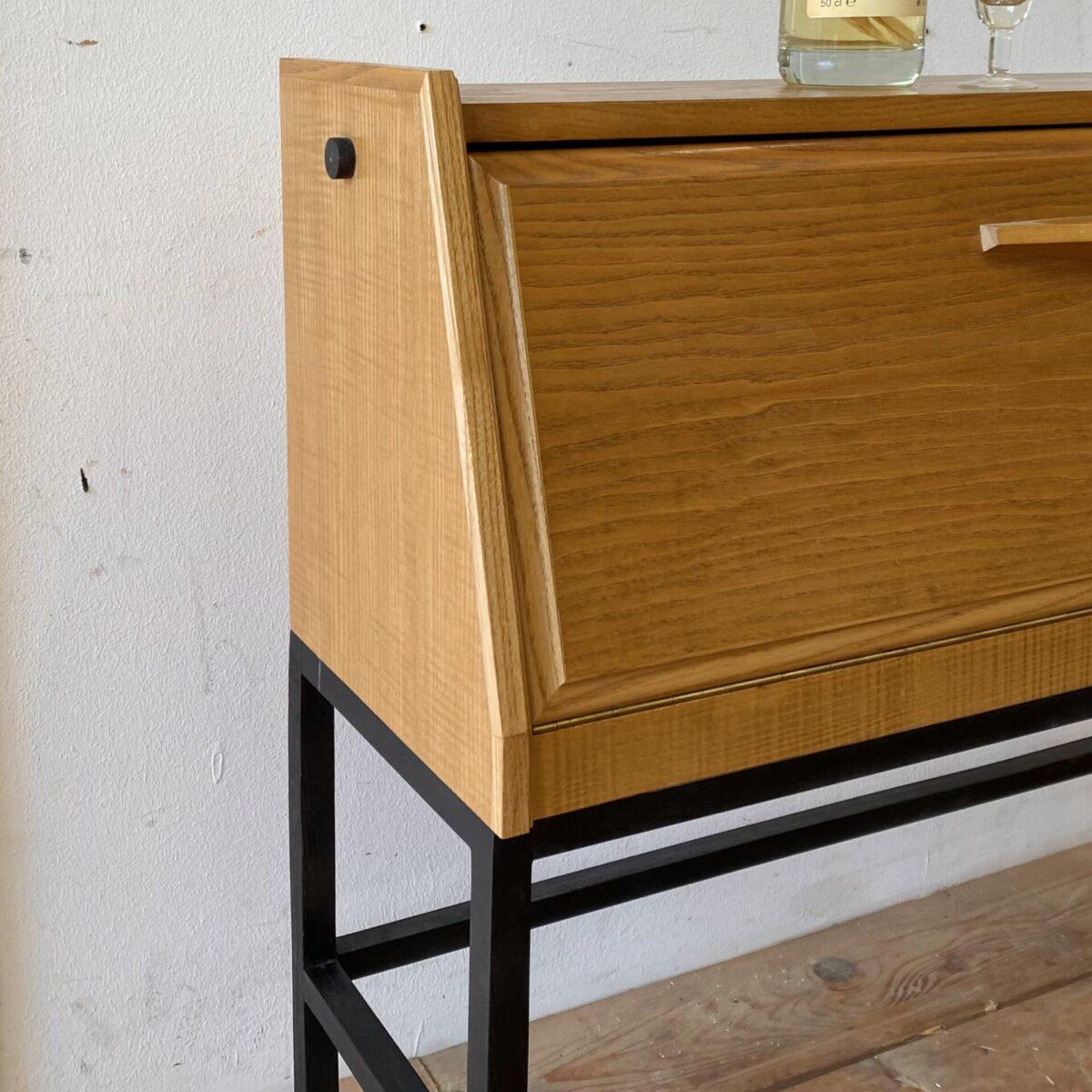Deuxieme.shop swissdesign Sideboard Corta Multiform 50er Jahre. Kleines Sideboard Eschenholz furniert mit Klappe, aus den 50er Jahren. 93x27cm Höhe 77cm. Die Kommode kann mit kleineren Flaschen als Barschränkli eingesetzt werden. Der feingliedrige Holzunterbau ist minimal verzogen aber stabil.