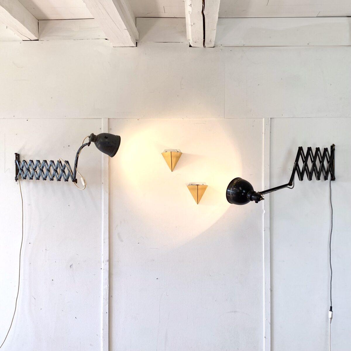 Deuxieme.shop midcentury Messing Wall Lamp. Alfred Müller Belmag swissdesign scherenlampe Industrial designklassiker. Zwei kleine Messing Wandleuchten von J.T Kalmar aus den 60er Jahren. Höhe 18cm Breite 16cm Tiefe 11cm. Preis für Beide. Die Scherenlampen kosten 300.- pro Stück. Beide lassen sich bis 150cm ausziehen. Die Lampen sind getestet und funktionieren.