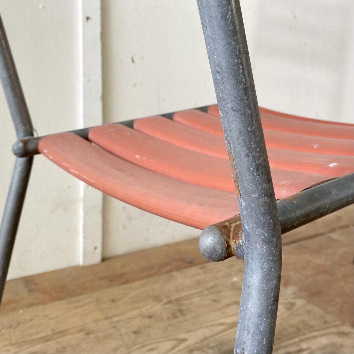Deuxieme.shop vintage Bigla Bättig swissdesign designklassiker. Kleiner klappbarer Metall Gartentisch von Bigla. 100x70cm Höhe 70.5cm. Der Tisch hat ein kompaktes Format für bis zu 4 Personen. Übliche Alterserscheinung, keine Durchrostungen. Die stapelbaren Gartenstühle von Bättig kosten 220.- Die rot-orangen Kunststoff Lättli sind etwas Sonnenverbleicht aber nicht weisslich. Ein paar Roststellen am Metall Gestell aber alles stabil, Fussgleiter müssten ersetzt werden falls nötig.