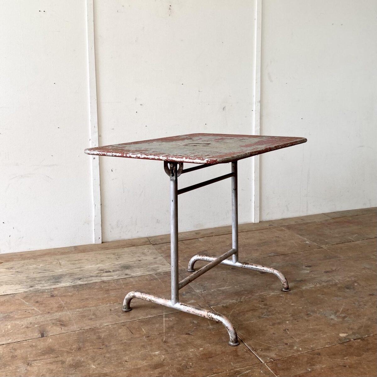 Deuxieme.shop vintage Gartentisch Bigla swiss designklassiker. Kleiner klappbarer Metall Gartentisch von Bigla. 100x70cm Höhe 77cm. Der Tisch hat ein kompaktes Format für bis zu 4 Personen. Die Farbe ist fast komplett abgewetzt, das Tischblatt scheint aus verzinktem Blech zu sein und hat keine Roststellen.