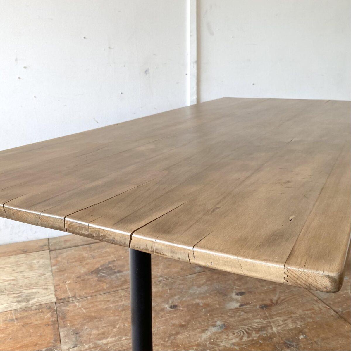 Deuxieme.shop Alter Holztisch Esstisch. Alter Beizentisch mit Stahlrohr Füssen. 170x75cm Höhe 75.5cm. Das Tischblatt ist aus Buche Vollholz, Stirnseitig etwas eingerissen, die quer Unterzüge sind eingekehlt. An dem Tisch finden angenehm 8 Personen Platz. Es können nach Wunsch auch Gussfüsse an den Tisch montiert werden.