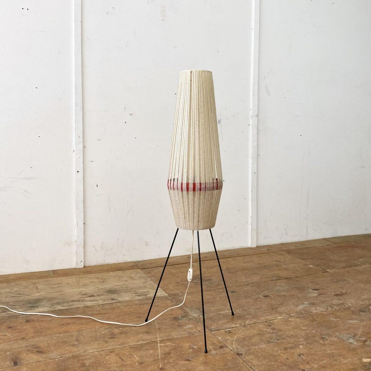 Deuxieme.shop midcentury tripod rocket lamp, vintage ständerlampe swissdesign, Space age. Stehlampe aus den 50er 60er Jahren. Höhe 108 cm. Die Leuchte steht auf drei feingliedrigen Metallbeinen. Das Stoffähnliche Gewebe des Lampenschirms, ist in sauberemguten Zustand, oft sind diese im inneren etwas verbrannt oder ausgefranst.