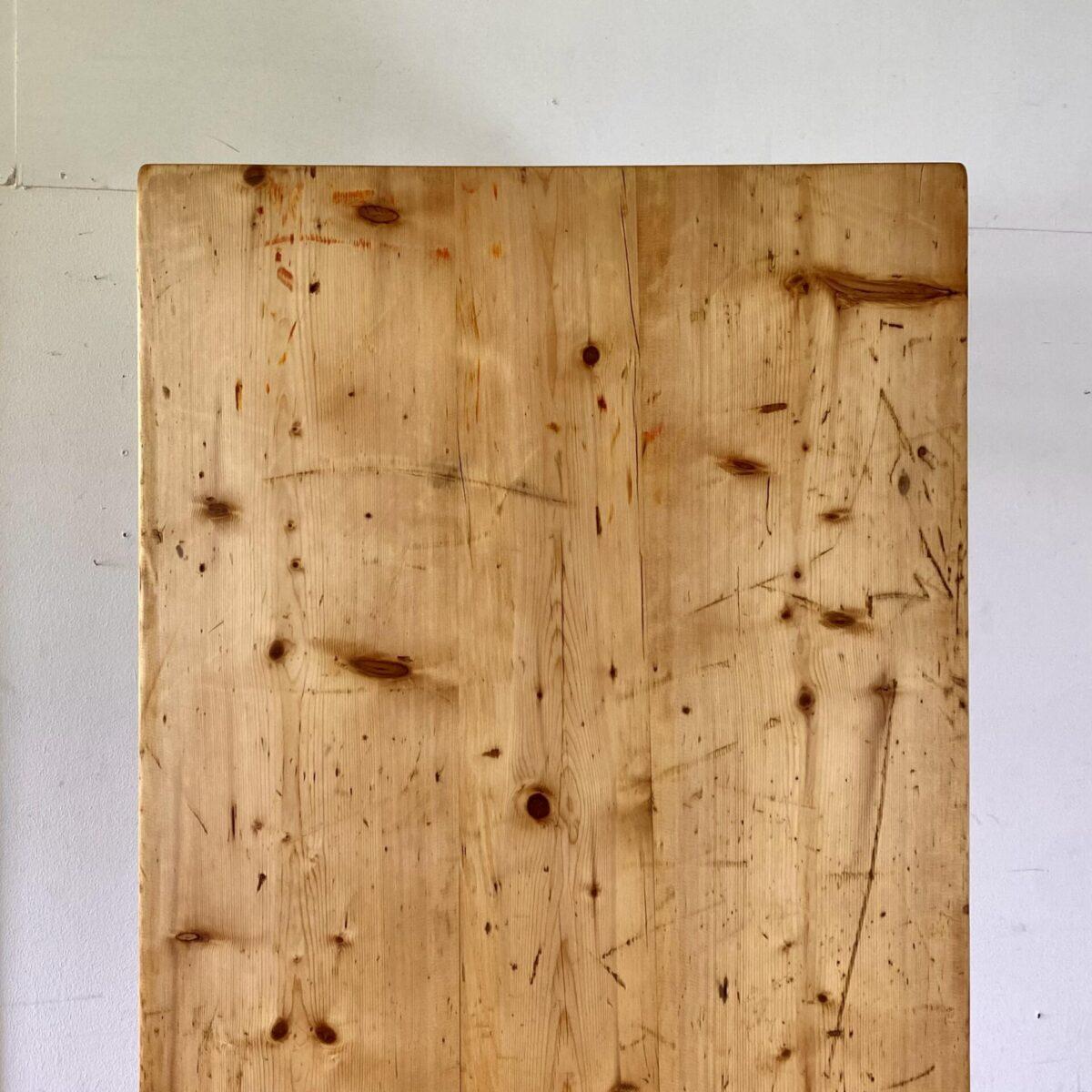 Deuxieme.shop Antiker Biedermeiertisch Swiss Designklassiker. Tannenholz Biedermeiertisch 195x73cm Höhe 75cm. Der Tisch hat eine lebhafte Alterspatina, die Längszargen sind für eine angenehme Beinfreiheit etwas ausgenommen. Die Holzoberflächen sind mit Naturöl behandelt.