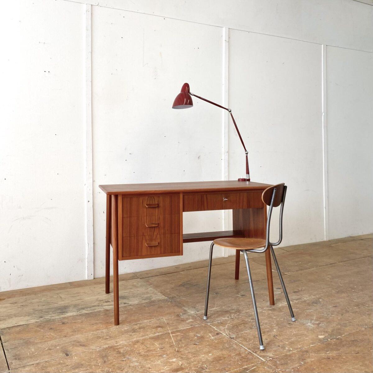 Deuxieme.shop midcentury Teak Tisch denmark. Teak Schreibtisch mit Schubladen aus den 60er Jahren. Der Tisch ist in schönem allgemein Zustand, das Tischblatt hat ein paar Kratzer und Hicke, aber eine feine glatte Oberfläche. Die mittel Schublade ist abschliessbar. Die konischen schräg Beine lassen sich demontieren. Der Tisch lässt sich frei im Raum aufstellen, die Rückseite ist schön verarbeitet.