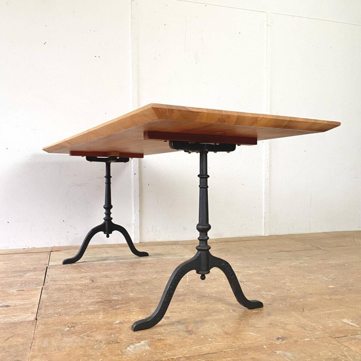 Esstisch alter Kirschbaum Holztisch mit Gussfuss Horgen Glarus. Neuere Beizentische aus Kirschbaum Vollholz. Der lange mit Horgenglarus (Emil Baumann) Gussfüssen misst 200x74.5cm Höhe 76.5cm. Der kleine gibt es zweimal 178x74.5cm Höhe 76.5cm 980.- pro Tisch. Die Tischblätter sind 4cm dick, Tischkanten von unten verjüngt. Die Holzoberflächen sind mit Naturöl behandelt.