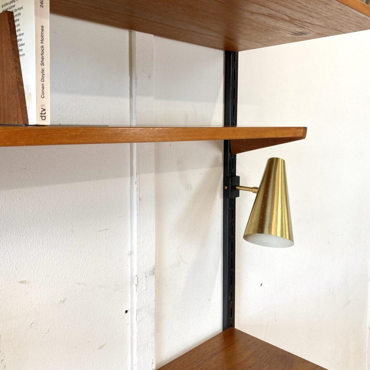 Deuxieme.shop midcentury teak Wall Unit made in denmark. 60er Jahre Teak Wandregal von Kai Kristiansen für FM Møbler. Tablare und Korpis sind Höhenverstellbar, das Schreibtisch Element hat zwei Schubladen. Daneben ein abschliessbarer Korpus mit Klappe und Schubladen. Oberschrank mit Glas Schiebetüren. Die Schreibtischlampe wird an die Wandschiene geklemmt, tütenförmiger Messingschirm mit kleinen Löchern.