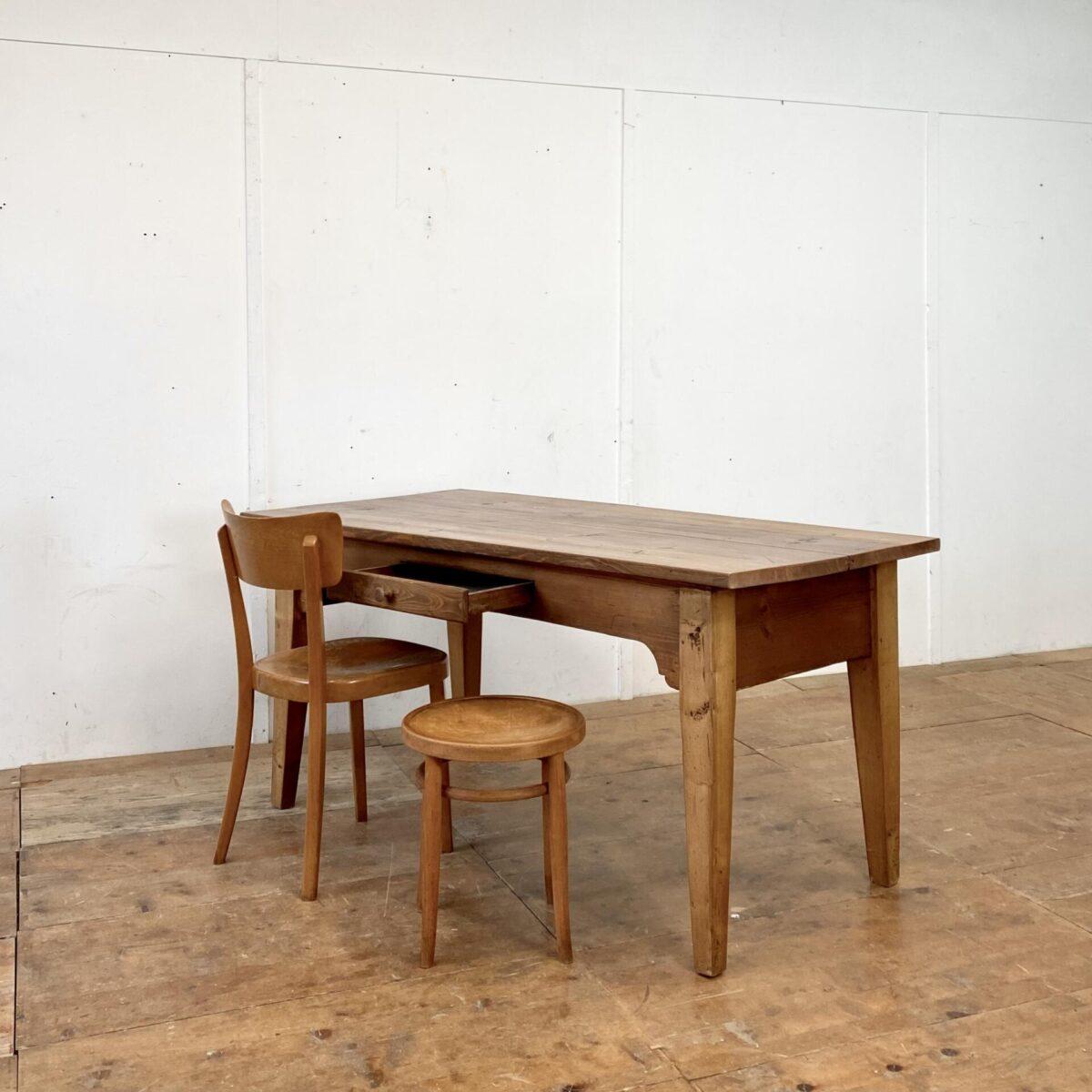 Deuxieme.shop Biedermeiertisch. Stämmiger alter Tannenholztisch mit Besteck Schublade. 160x77.5cm Höhe 76cm.