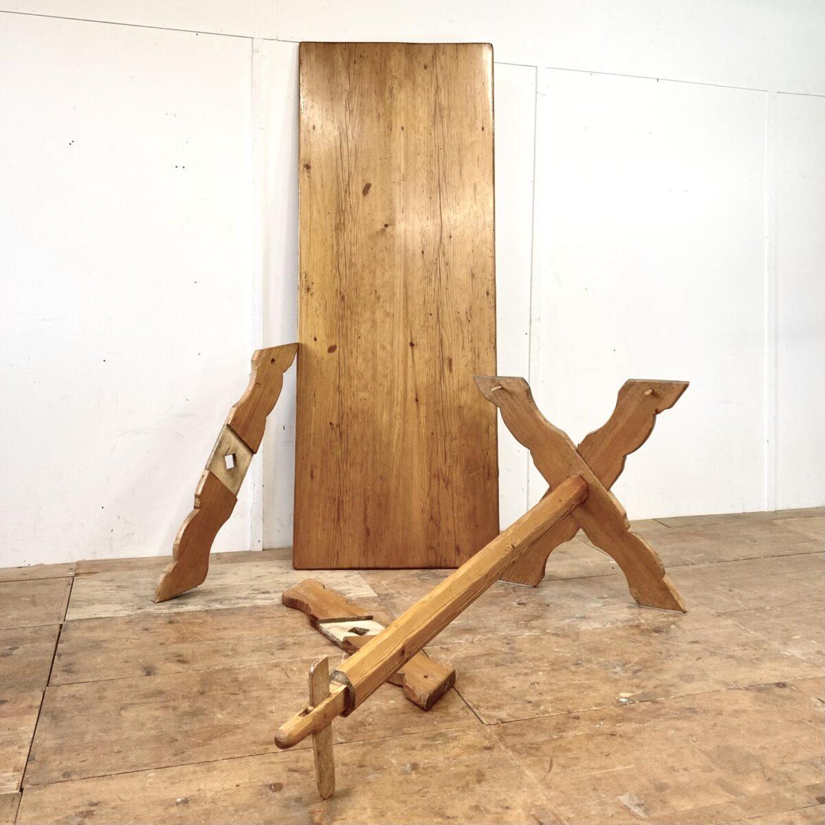 Deuxieme.shop antiker Bündner Schragentisch. Alter Schragentisch mit Schublade aus Fichtenholz. 206x78cm Höhe 79cm. Der Tisch kann auseinander genommen werden, und wird mittels Holzzapfen und Keilen zusammen gesteckt. Das 4er Set Stabellen Stühle kostet 400.- Sitzhöhe 48cm. Die Stabellenbank mit Rückenlehne ist ebenfalls verfügbar. Länge 200cm Sitzhöhe 49cm Preis: 600.-