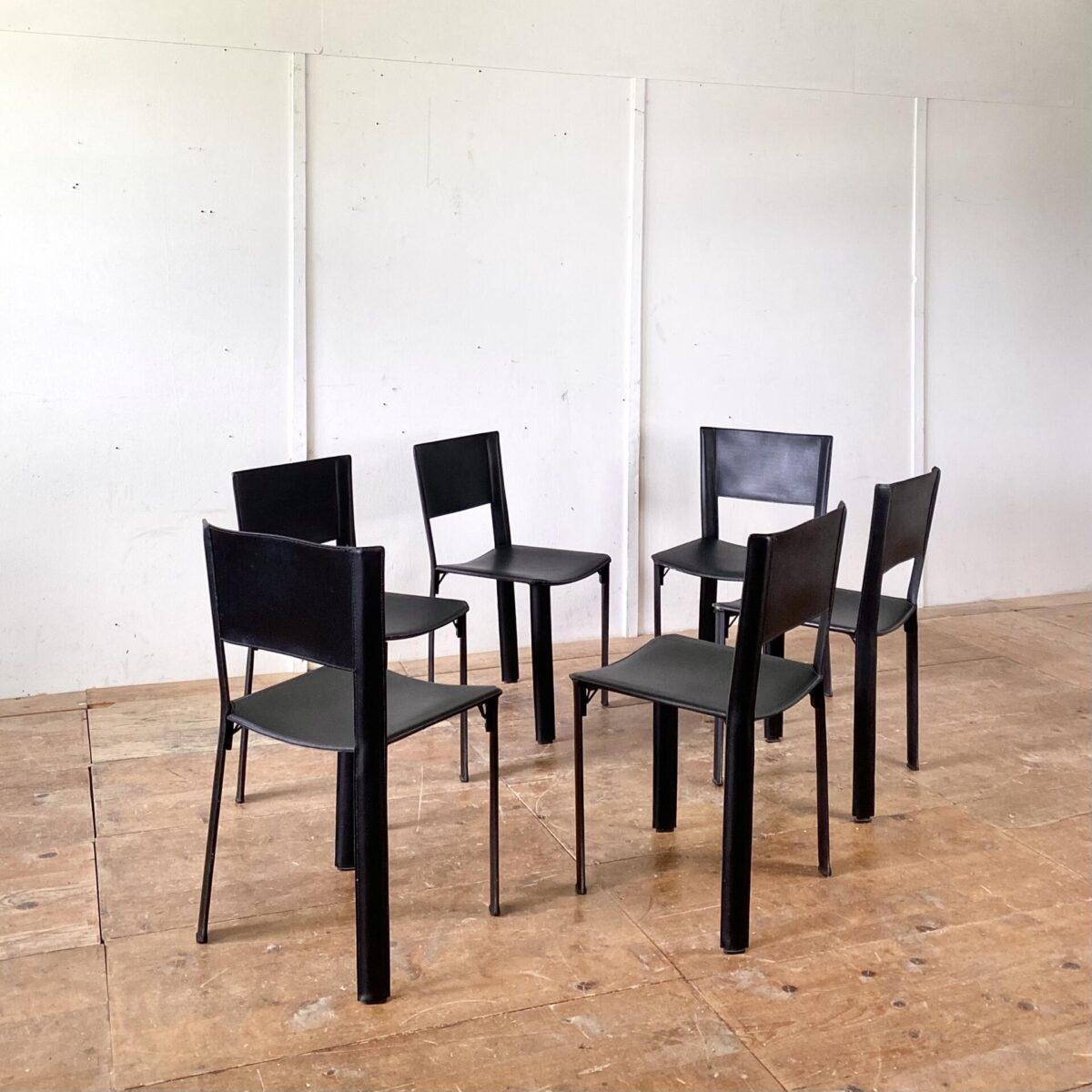 Deuxieme.shop Italienische Leder Stühle. 6er Set Esszimmer Stühle aus Leder. Ein Hersteller ist nicht ersichtlich, qualitative Verarbeitung. Matteo Grassi Verschnitt. An einem Stuhl fehlen zwei Kunststofffüsse, kleine Abschürfungen an den Kanten, ansonsten in gepflegtem Zustand. Preis fürs Set.