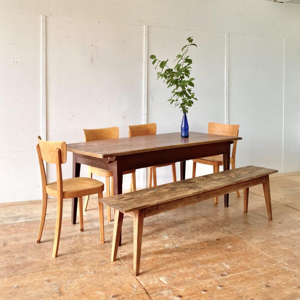 Deuxieme.shop horgenglarus Classic Stühle. 4er Set Beizenstühle mit Alterspatina geschliffen und geölt. Technisch in stabilem Zustand, warm-matte Ausstrahlung. Ein grösseres Set ist nach Absprache verfügbar.