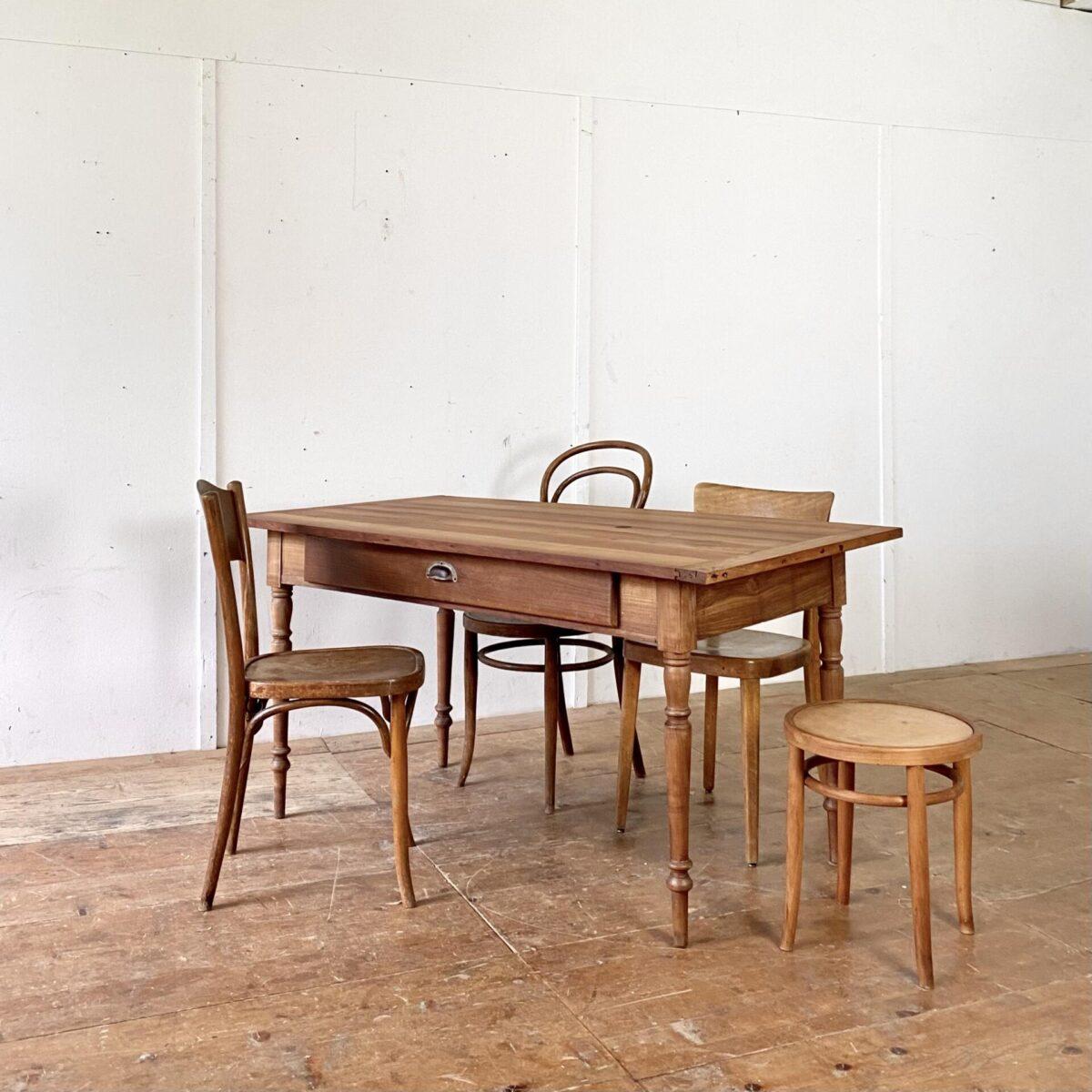 Deuxieme.shop antiker Biedermeiertisch. Kirschbaum Zargentisch mit gedrechselten Beinen und Schublade. 151x80cm Höhe 76cm. Das Tischblatt hat diverse offene Fugen und ein Brandfleck, alles in stabilem leicht überarbeiteten Zustand. An dem Tisch finden angenehm 6 Personen Platz.
