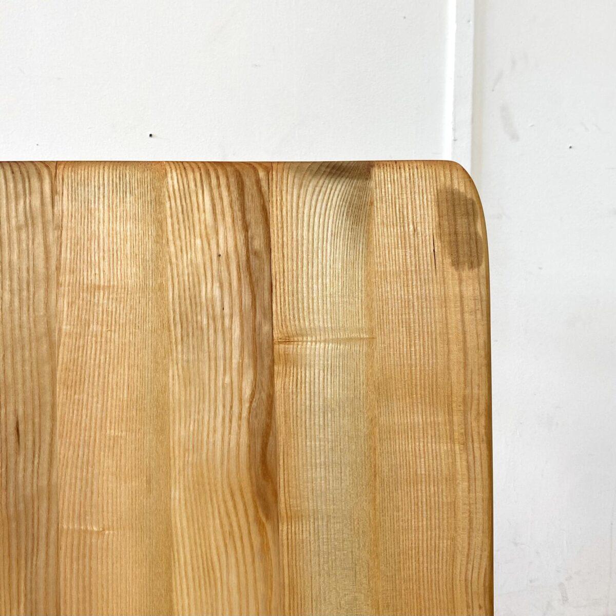 Deuxieme.shop swissdesign Table Jacob Müller. Kleiner Eschenholz Schreibtisch von Jacob Müller für Wohnhilfe Zürich, aus den 50er Jahren. 100x58cm Höhe 72cm. Der Tisch ist in schönem allgemein Zustand mit leichter Alterspatina. An einer Stirnseite leicht eingerissen, aber stabil. Die Holzoberflächen sind mit Naturöl behandelt.
