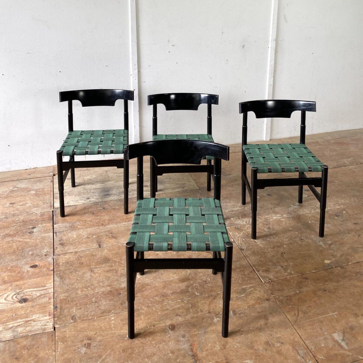 Deuxieme.shop swissdesign Willy Guhl Stühle. 4er Set Esszimmer Stühle. Buchenholz schwarz lackiert, Sitzfläche mit Gummi Bändern bespannt. Die Stühle sind in stabilem guten vintage Zustand. Ein Hersteller ist nicht bekannt.