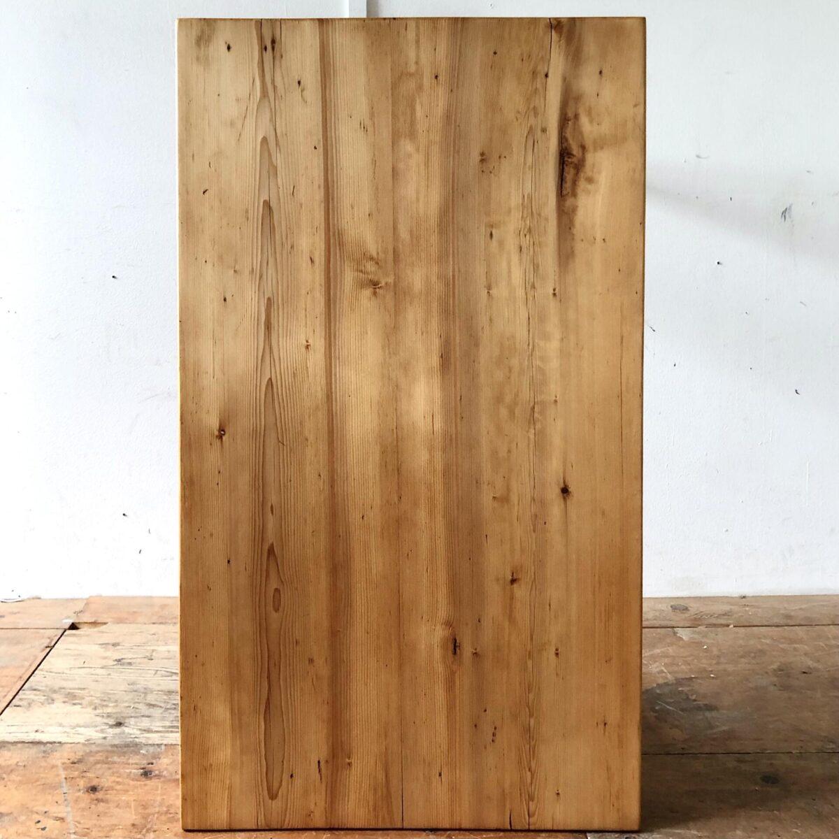 Tannenholz Biedermeier Schreibtisch mit Schublade. 119x68cm Höhe 75.5cm. Der Tisch hat etwas Risse und Alterspatina aber alles stabil. Das Tischblatt besteht aus nur zwei breiten Brettern. Die Holzoberflächen sind mit Naturöl behandelt.