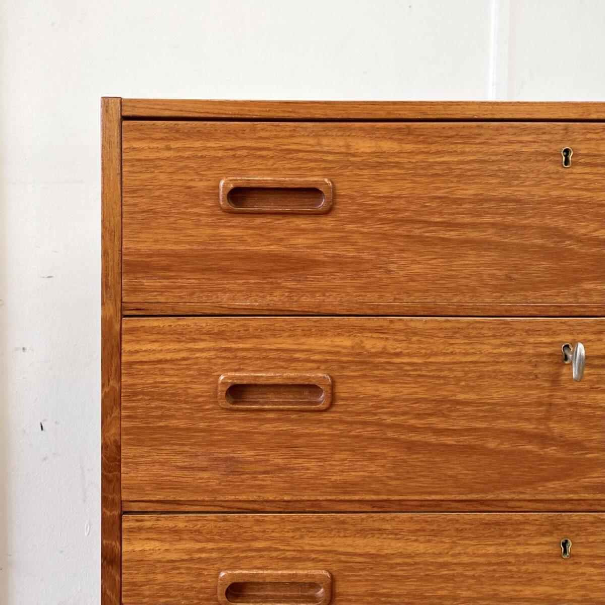 Deuxieme.shop vintage highboard made in denmark. Sideboard 60er Jahre. Midcentury Teak Kommode. 75.5x37.5cm Höhe 104.5cm. Das Möbel hat diverse kleinere Abnutzungsspuren, technisch in stabilem Zustand. Die 6 Schubladen laufen gut und sind abschliessbar.