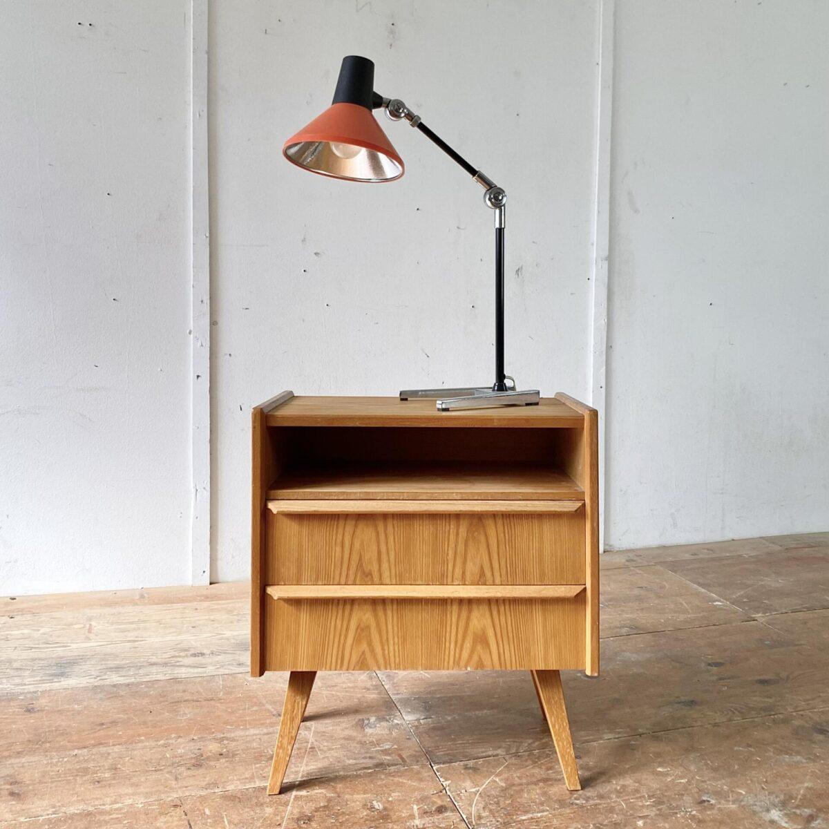 Kleine Kommode oder Nachttisch mit zwei Schubladen. 55x35cm Höhe 62cm. Korpus Furniert mit Vollholz Kanten, die konischen schrägen Beine und Schubladengriffe sind aus Eschenholz.