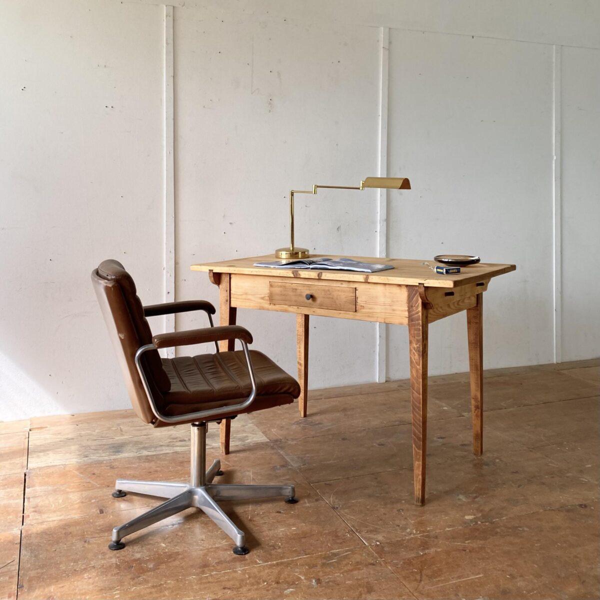 Deuxieme.shop Tannenholz Biedermeier Schreibtisch mit Schublade. 120x70cm Höhe 79.5cm. Konische Tischbeine aus Buchenholz, das Tischblatt mit Gratleisten wird mittels Holzzapfen mit dem Unterbau verbunden.
