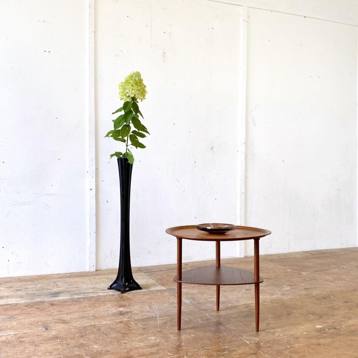 Deuxieme.shop midcentury coffetable. Kleiner runder Teak Salontisch. Durchmesser 50cm Höhe 43.5cm. Tischblatt und Zeitschriften Ablage aus Teak Sperrholz. Die konischen Rundbeine sind aus Vollholz.