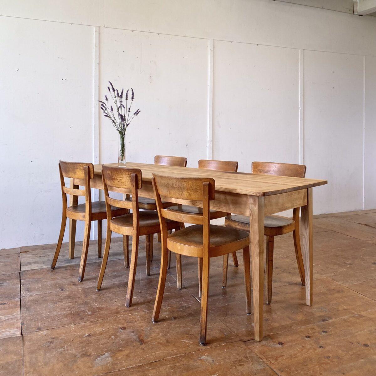 Deuxieme.shop swissdesign 60er Jahre Stühle. 6er Set Esszimmer Stühle von Horgenglarus, Jahrgang 1962. Die Sitzflächen sind aus Sperrholz mit Sitzmulde, die übrigen Teile aus Buche Vollholz, Dampfgebogen. Die Stühle sind in Original Zustand mit lebhafter Alterspatina. Technische Mängel sind restauriert.