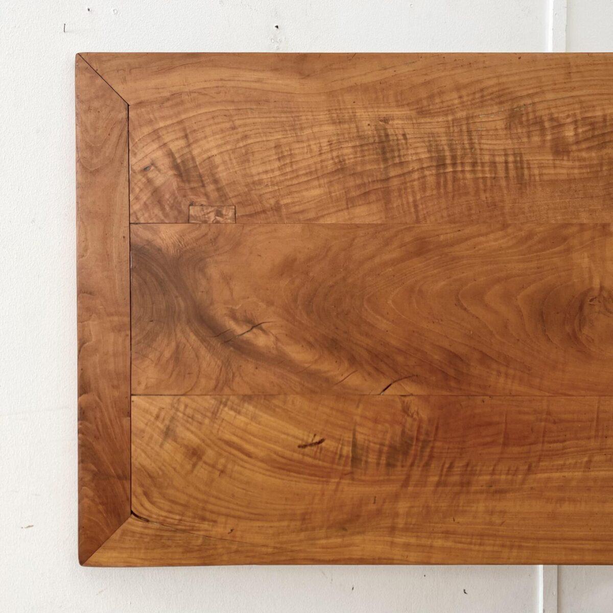 Kirschbaum Tisch mit gedrechselten Beinen und Schublade. 217x80cm Höhe 74cm.  Ausgezogen 433x80cm. Das Tischblatt hat diverse Risse und offene Fugen aber alles in stabilem Zustand. Die Holzoberflächen sind mit Naturöl behandelt. Das alte Kirschholz hat eine lebhafte rötliche Ausstrahlung, mit Alterspatina.