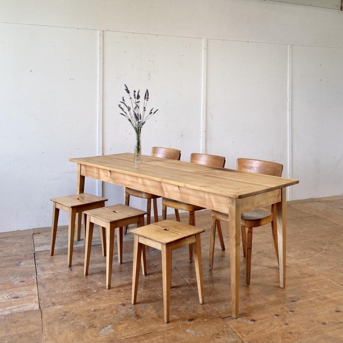 Deuxieme.shop alter Holztisch. Schlichter Biedermeiertisch aus Eschenholz. 200x70cm Höhe 75.5cm. Der Tisch ist überarbeitet und stabil, die Holzoberflächen sind mit Naturöl behandelt. Es finden bis zu 8 Personen daran Platz.