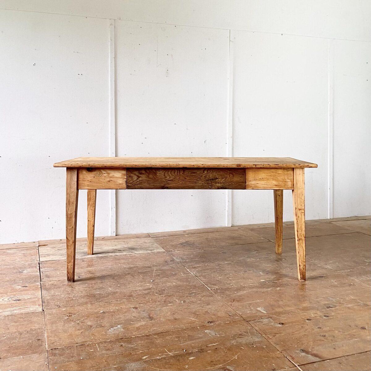 Deuxieme.shop antiker Tannenholz Biedermeiertisch mit zwei Schubladen. 175x79cm Höhe 79cm. Die zwei Schubladenfronten sind aus Eiche. Der Tisch ist in stabilem Zustand, lebhafte Alterspatina und Gebrauchsspuren. Die Holzoberflächen sind mit Naturöl behandelt. Es finden 6-8 Personen daran Platz.