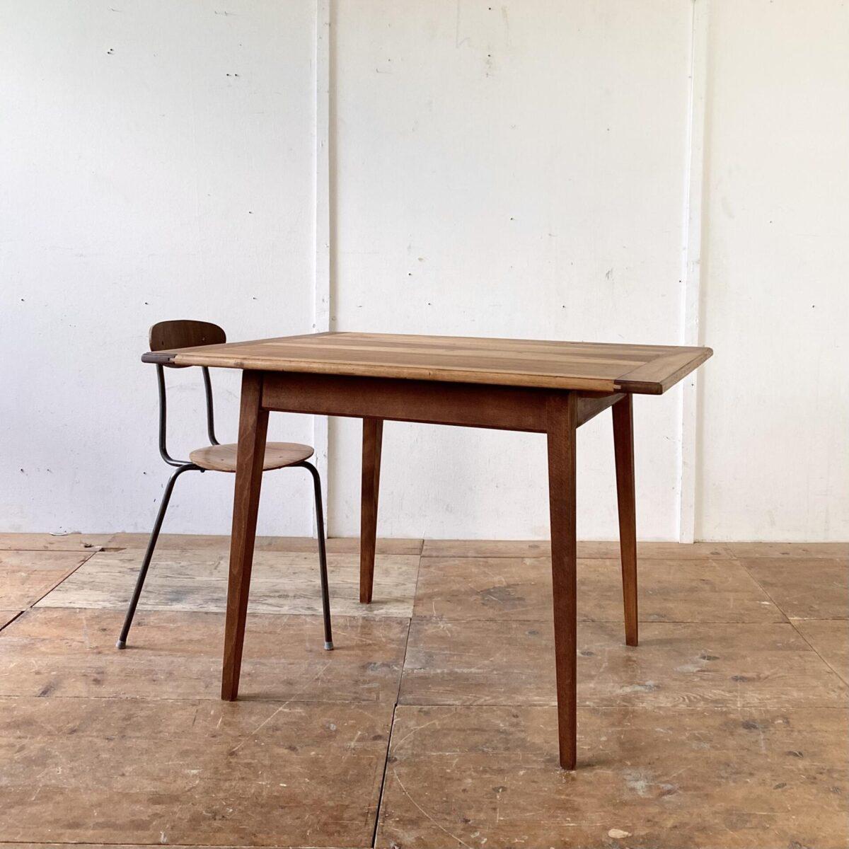 Nussbaumtisch Einfacher Küchentisch mit konischen schrägen Beinen. 111x80cm Höhe 74cm. Tischblatt Nussbaum Vollholz, Unterbau Buche gebeizt. Die Holzoberflächen sind mit Naturöl behandelt.