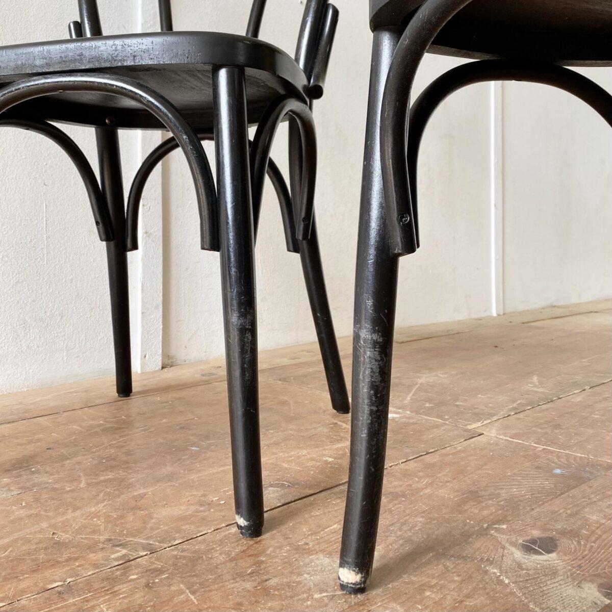 Deuxieme.shop Neuere schwarze Wienerstühle mit geprägten Sitzflächen. Preis pro Stuhl. Die Stühle sind in stabilem Zustand, diverse Farb-Abschürfungen.