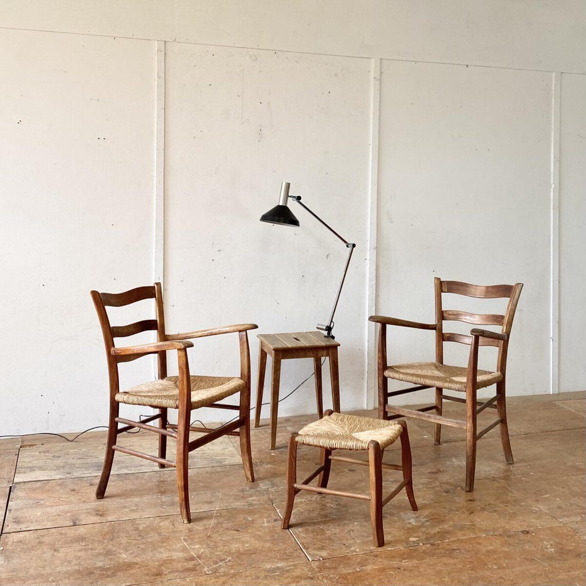Deuxieme.shop Holz Sessel. Tessiner Armlehnstühle mit Ottoman. Sitzhöhe 44cm der kleine Hocker ist etwas tiefer. Eine der beiden Sitzflächen ist bisschen ausgefranst gemäss Bild 4. Ansonsten in stabilem Zustand.