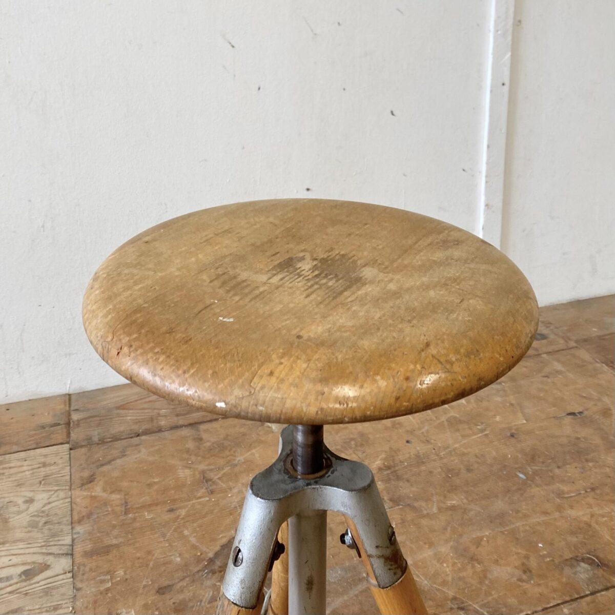 Deuxieme.shop Schweizer Werkstatt Hocker von Girsberger aus den 60er Jahren. Durchmesser 35cm Höhe 47-64cm. Der Stuhl ist in stabilem Zustand, die Mechanik funktioniert einwandfrei, diverse Schrammen und Alterspatina.